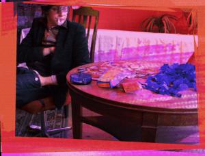 Luftschlangen-Melancholie: Huey Walker neben Resten von Pappschmuck und einem abgeräumten Buffet, Silvester 2009