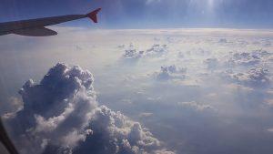 Wo die Wolken siruplangsam, weiss und hochgestapelt stehen wie steif geschlagene Sahne.