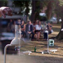 """Huey Walker spielt """"Droops"""" - Installation für Gitarren und Wassertropfen, live beim Aquanostra Wasserfest in Bad Doberan"""