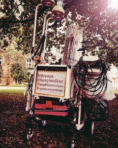 """Das mobile Soundsystem, über das Huey Walker """"Droops"""" spielte, transportiert alle Bestandteile der Installation – von Audiotechnik bis zu den vier GItarren und den Wassergefäßen"""